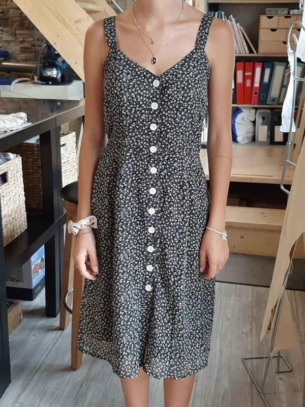 Retouches bretelles robe effectuées par une élève pendant un cours - ETOFFE DE SOI - Cours de couture et bar à couture Angers