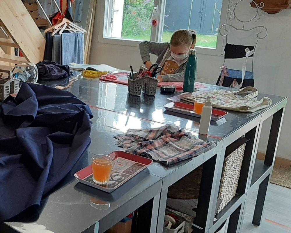 Une élève à l'oeuvre pendant un cours de couture enfant- ETOFFE DE SOI - Cours de couture et bar à couture Angers