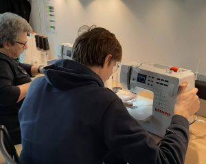 Utilisation des machines à coudre en libre service pour un projet personnel ou un cadeau