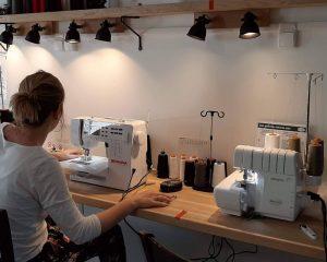 Utilisation en autonomie des machines à coudre lors d'une séance bar à couture