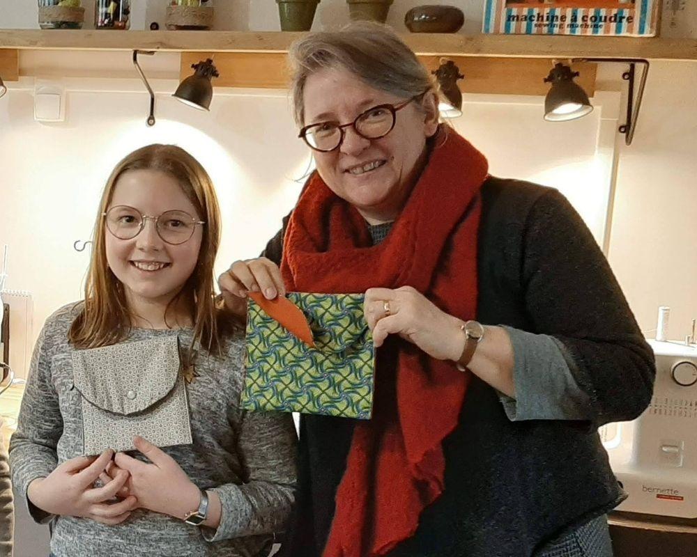 Photo souvenir d'une mamie et de sa petite fille lors d'un atelier couture DUO à Etoffe de SOI