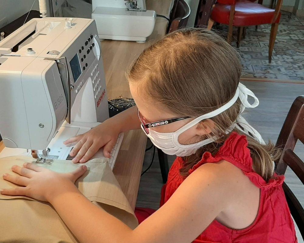 Utilisation de la machine à coudre par un enfant cours de couture angers, couture enfant, couture mère fille