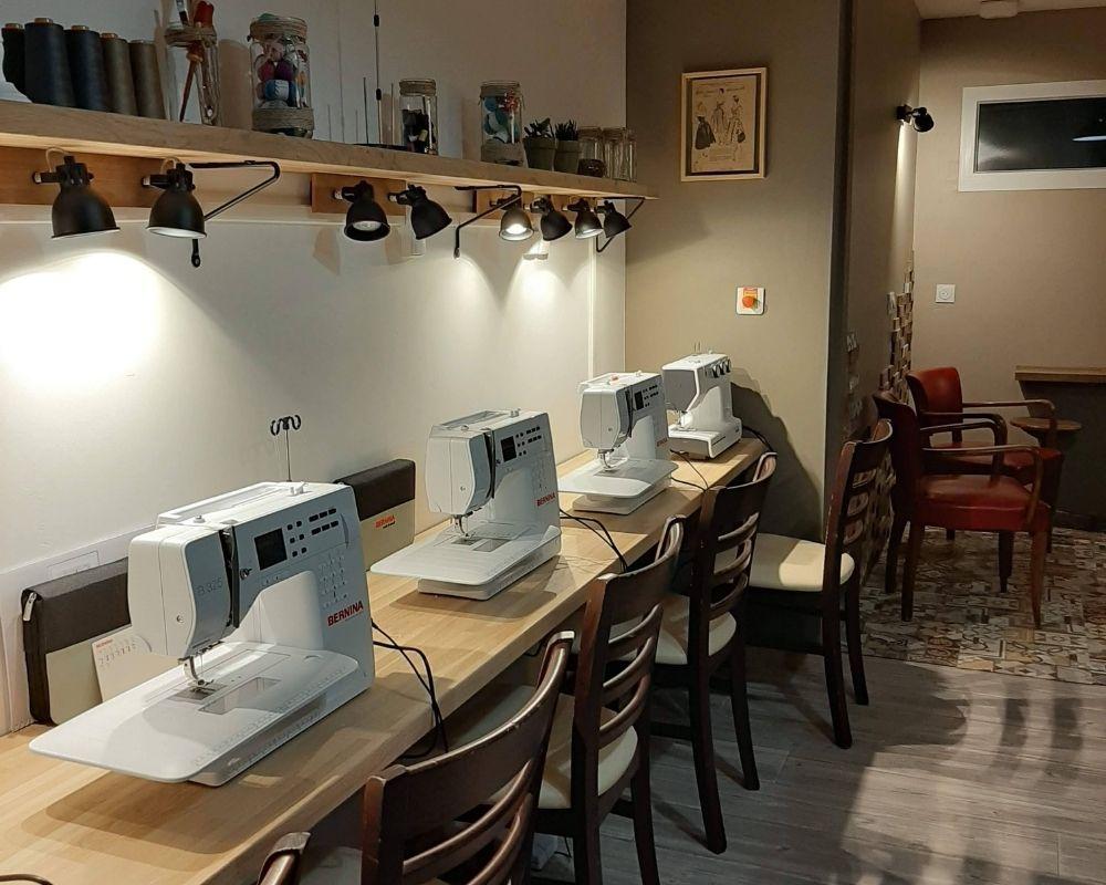 Les machines à coudre, et surjeteuses sont prêtes à l'emploi, le fil est fourni - ETOFFE DE SOI - Cours de couture et bar à couture Angers