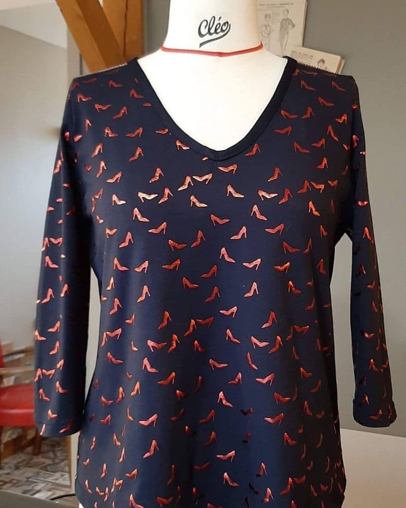 haut-bleu-marine-motifs-escarpins-rouge-couture-femme